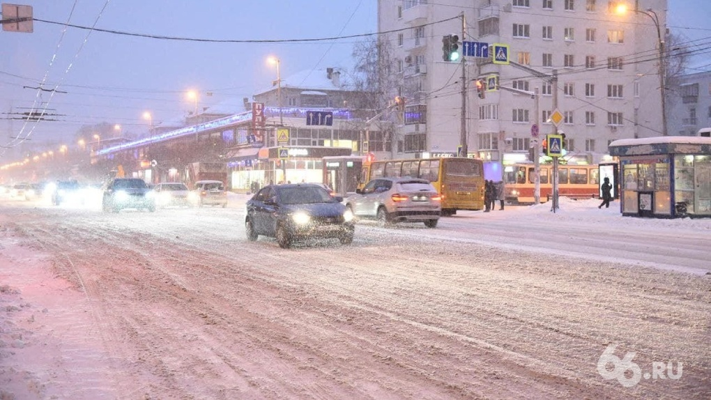 В Екатеринбурге дороги завалены снегом. В мэрии объяснили, почему все еще не почистили улицы