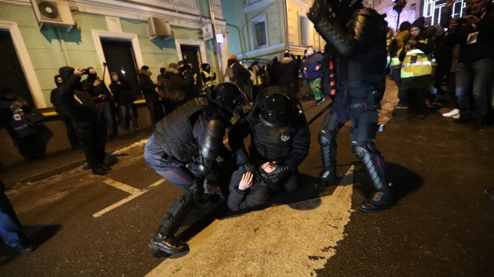 Силовики задержали 1,3 тысячи человек. Краткие итоги ночных протестов против приговора Алексею Навальному