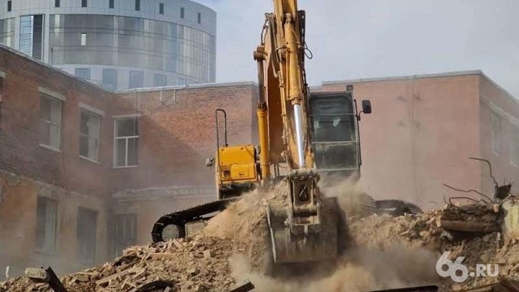 Противники сноса ПРОМЭКТа заявили, что подрядчик «Маяка» свозит обломки здания на пустырь на Химмаше
