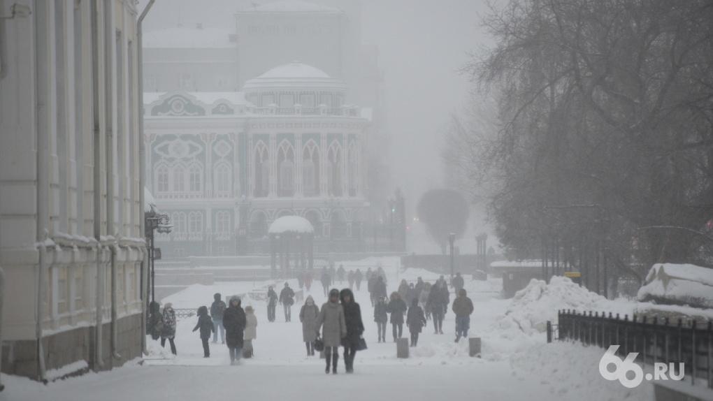 Первый рабочий день года пройдет в пробках – Екатеринбург засыпало снегом. ФОТО