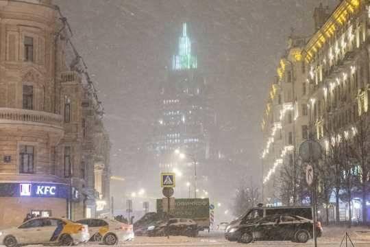Москва утонула в сугробах: снегопад парализовал столицу на весь уикенд