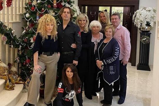 «Музей восковых фигур» - новогоднее фото Пугачевой с друзьями шокировало фанатов