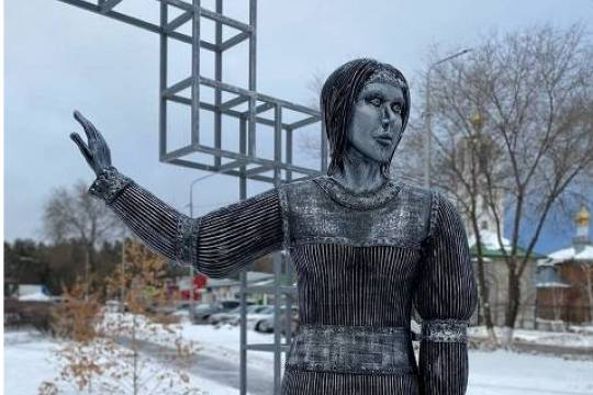 На аукцион выставят скандальный памятник Алёнке