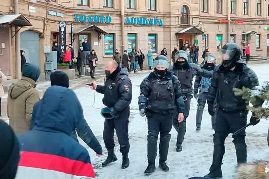 На несанкционированной акции в Санкт-Петербурге полицейский достал табельный пистолет