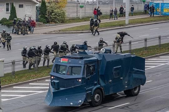 К резиденции Лукашенко в Минске стянуты спецтехника и силовики