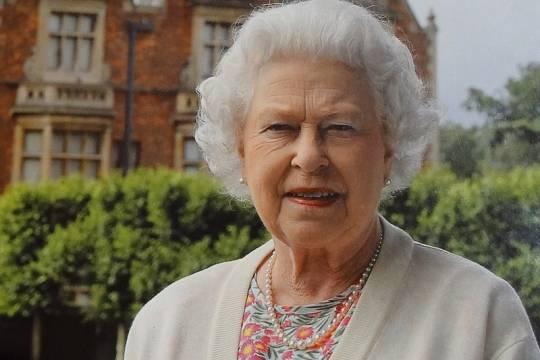 Королева Елизавета II посвятила в рыцари создателей вакцины от коронавируса