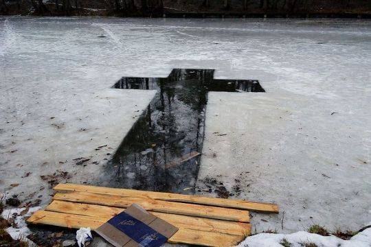 Коронавирус заставил власти регионов России отменить крещенские купания или ввести ограничения для их участников