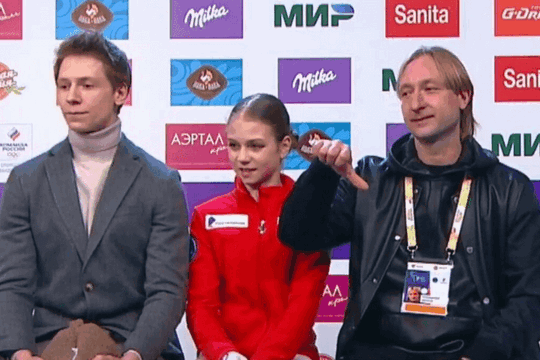 Плющенко раскритиковал судей за оценки Трусовой и показал характерный жест