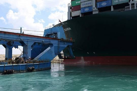 СМИ: попытка снять с мели судно в Суэцком канале провалилась