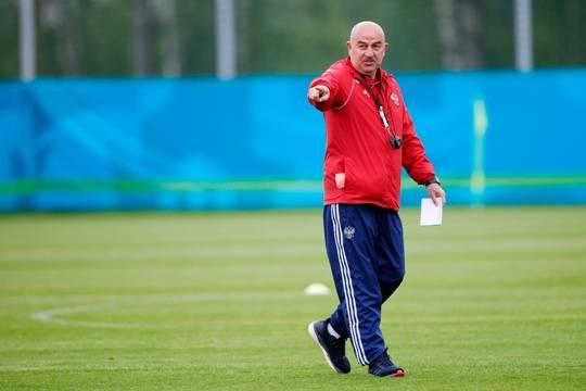 Станислав Черчесов уволен с поста главного тренера сборной России по футболу: кого ждать ему на смену?