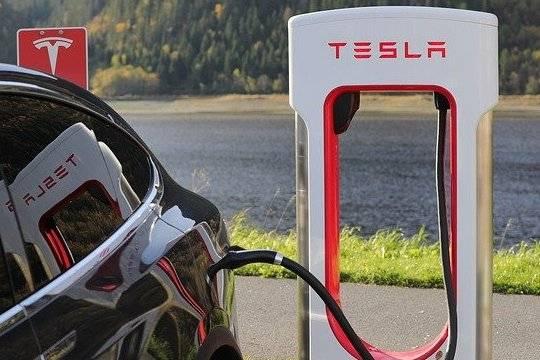 Tesla сбавляет свои позиции под натиском конкурентов