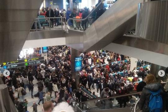 Толпы людей в Домодедово: из-за ледяного дождя туристы не смогли вовремя вылететь на отдых