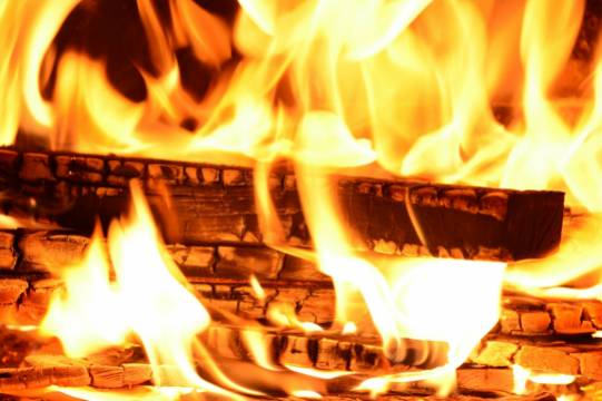 В сгоревшей квартире нашли связанную пенсионерку и труп