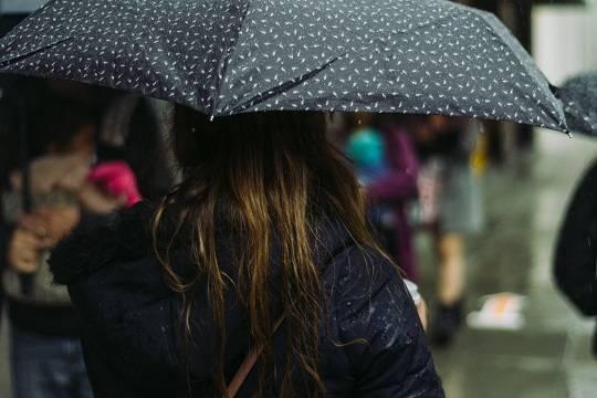 Врач оценила влияние дождливой погоды на распространение коронавируса