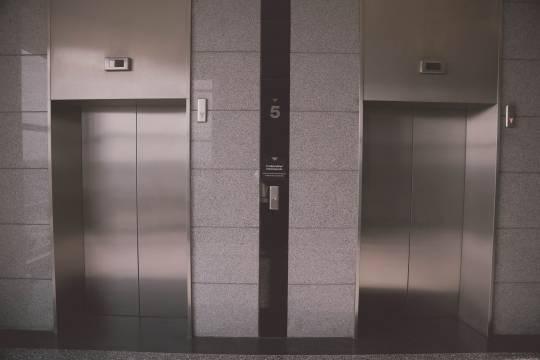 Жители многоэтажки пожаловались на распыляющего в лифте газ соседа-паникёра