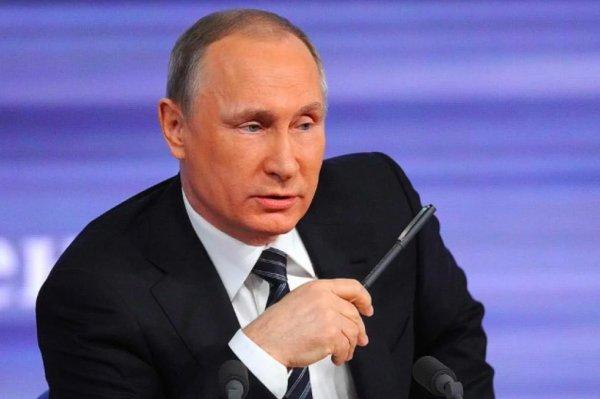 «Как будто не в своей тарелке»: Блогер выдвинул версию, почему Путин швырнул ручку