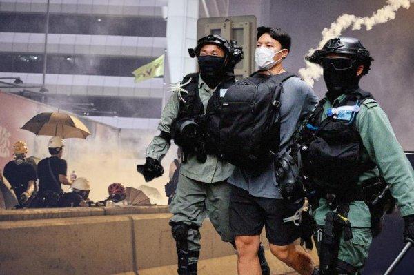 Си Цзиньпин уничтожает демократию и вводит Гонконг под влияние коммунистов