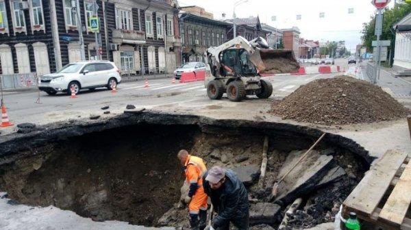 В Красноярске провалился асфальт из-за аварии с водопроводом