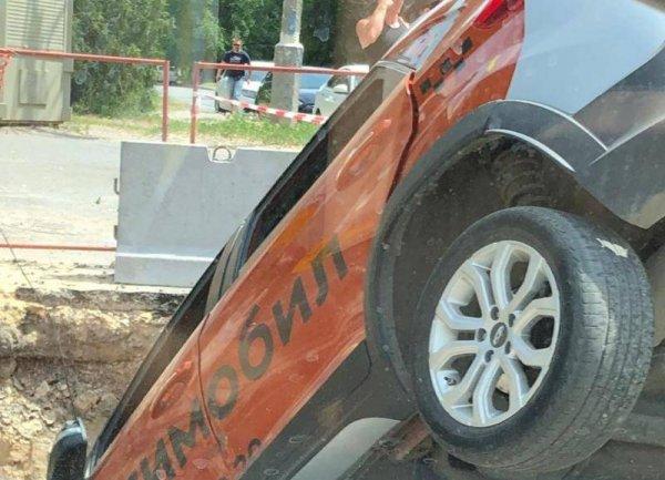 Такси ушло под землю в центре Волгограда