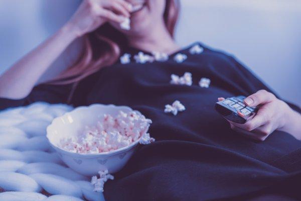 Учёные США: Засыпающие перед телевизором женщины подвержены риску ожирения