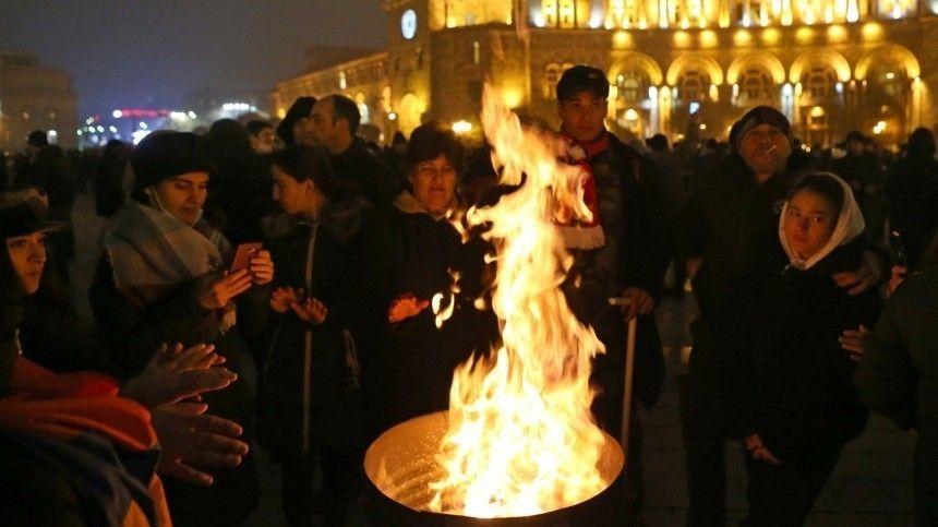 Протестующие в Ереване устроили «коридор позора» для депутатов парламента