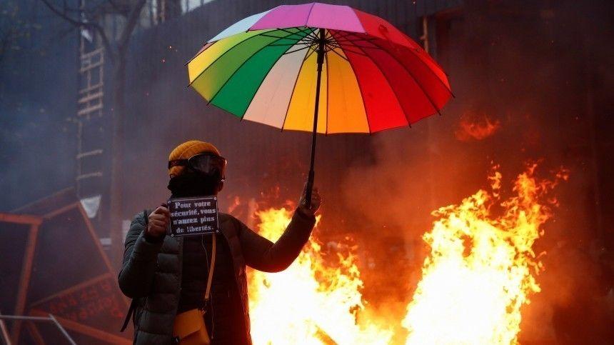 Видео: Полиция применила газ на акции протеста в Париже