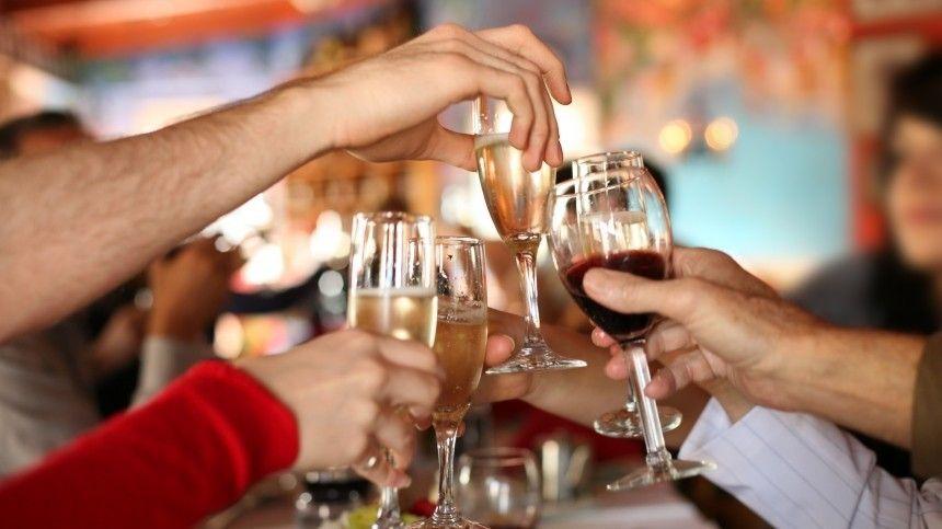 Почему в Новый год россиянам стоит отказаться от алкоголя? — объясняют наркологи