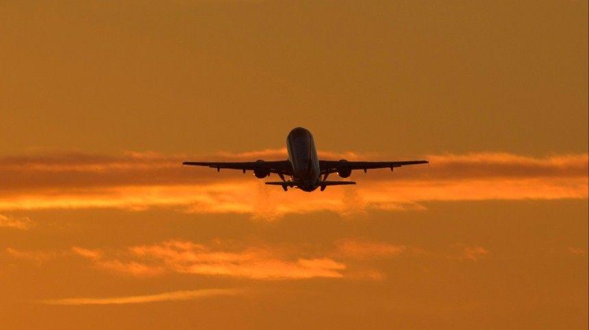 Пьяный пассажир задержал рейс, которым летел звезда сериала «Кадетство» — видео