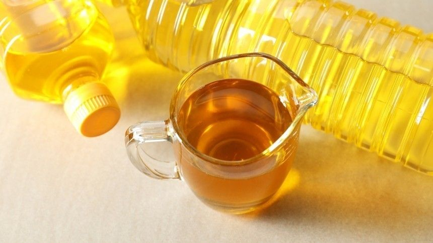 В России могут временно заморозить цены на подсолнечное масло и сахарный песок