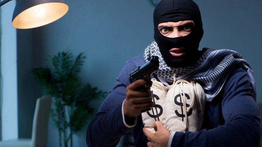 Почти полмиллиона вынес грабитель из банка в Петербурге — видео