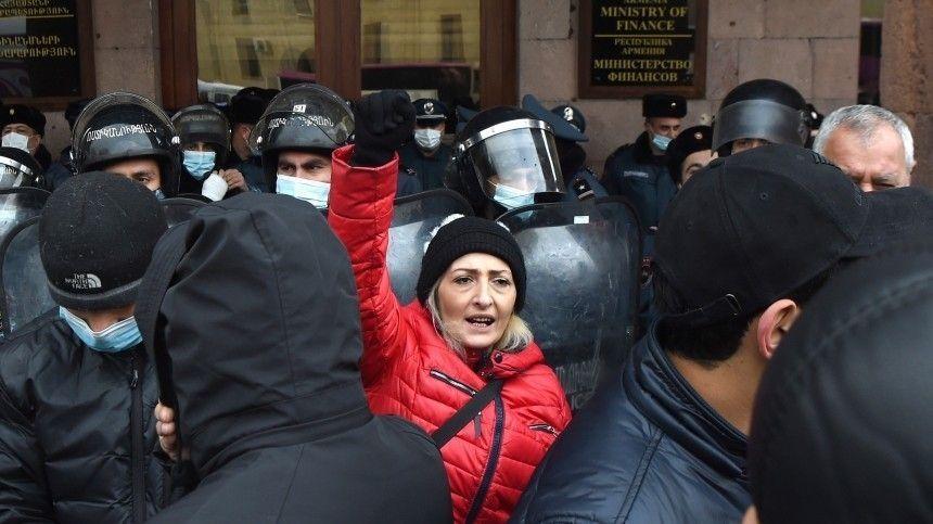 Протестующие заблокировали здание правительства в Ереване