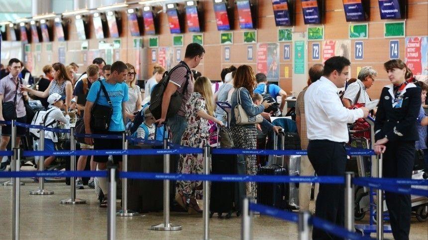 Видео: в аэропортах Москвы собрались гигантские очереди