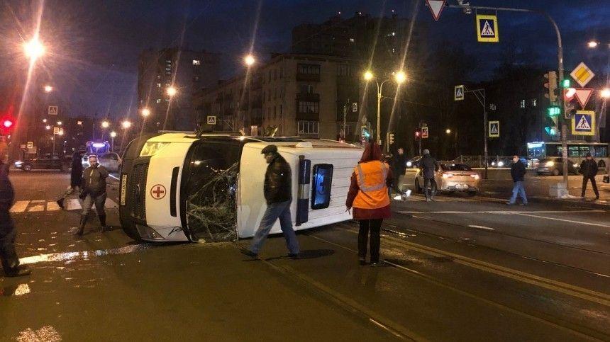 Карета скорой помощи перевернулась после столкновения с Volkswagen в Петербурге