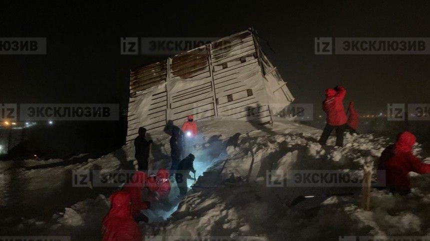 Семья с двумя детьми могла находиться в доме, который накрыла лавина под Красноярском