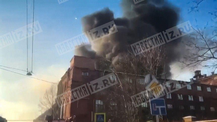 Склад полыхает в Петербурге после разлива дизельного топлива