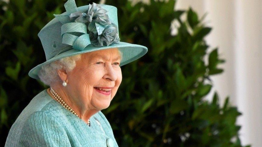 Елизавета II и принц Филипп привились от COVID-19