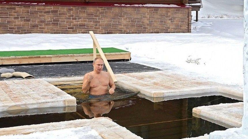 Владимир Путин окунулся в крещенскую прорубь в Подмосковье — видео