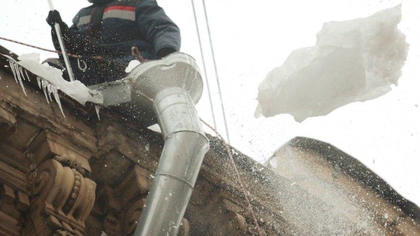 Глыба льда с крыши едва не убила мать с младенцем во Владивостоке — видео