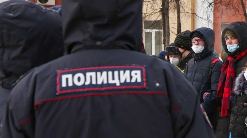 Участники несанкционированной акции в Москве бросают в полицейских бутылки