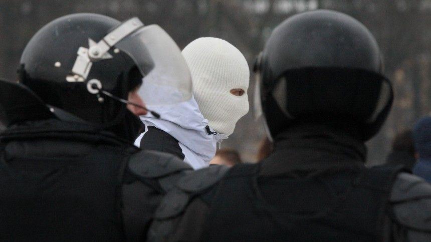 Видео нападения участников незаконной акции на полицейских в центре Петербурга