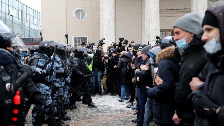 Участники незаконной акции атаковали такси в центре Москвы — видео