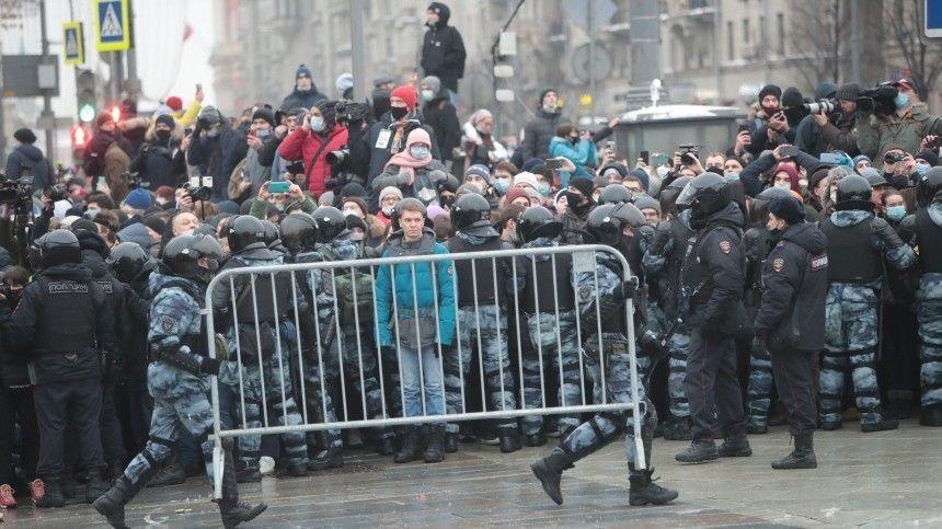 Дым и хлопки: участники незаконной акции взрывают петарды в Москве