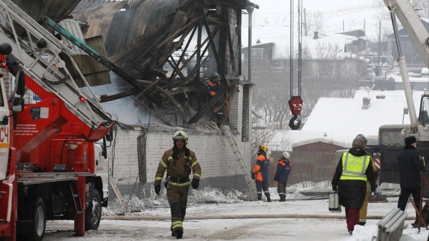 Найдены тела трех пожарных, погибших при тушении возгорания на складе в Красноярске
