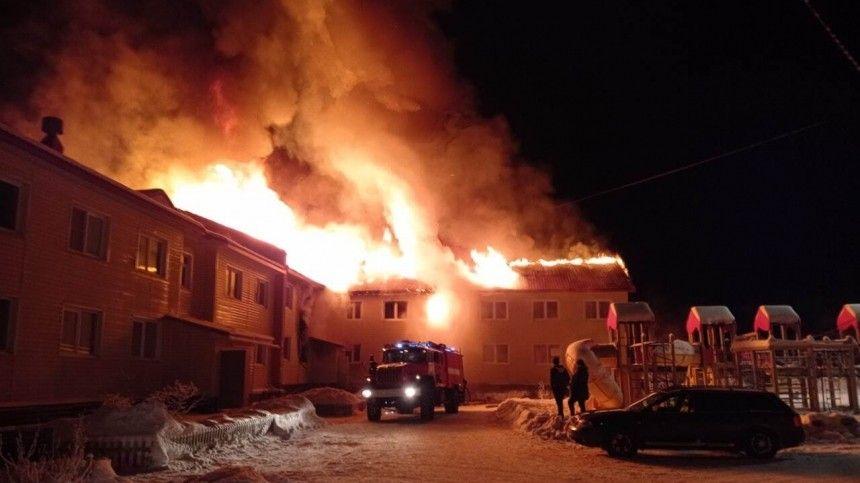 Мощное пламя охватило жилой дом в Мурманской области — видео