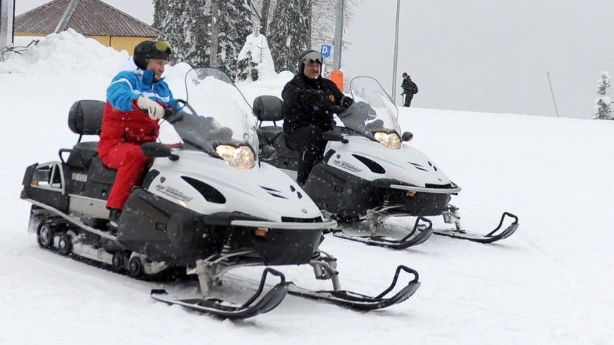 Путин и Лукашенко прокатились на горных лыжах и снегоходах в Сочи — видео