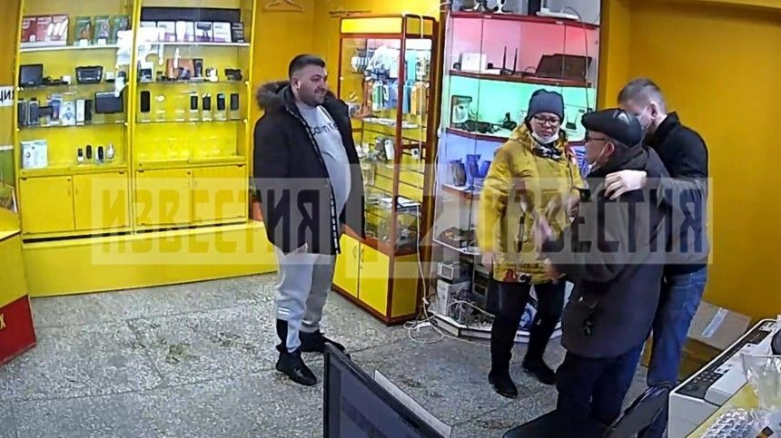 Видео: Получивший удар ногой в спину инвалид из Кирова пытался наказать обидчика