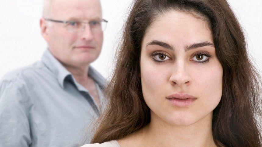 Сексолог объяснил, почему молодые девушки предпочитают мужчин постарше