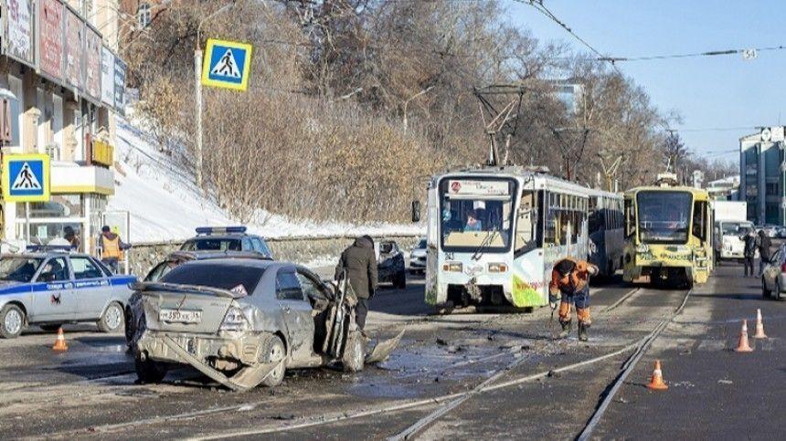 Неуправляемый трамвай в Иркутске снес девять автомобилей — видео