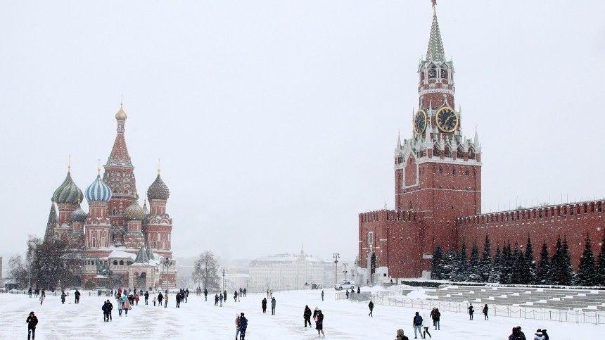 Видео: москвич пробежался голым по Красной площади, начитавшись Достоевского