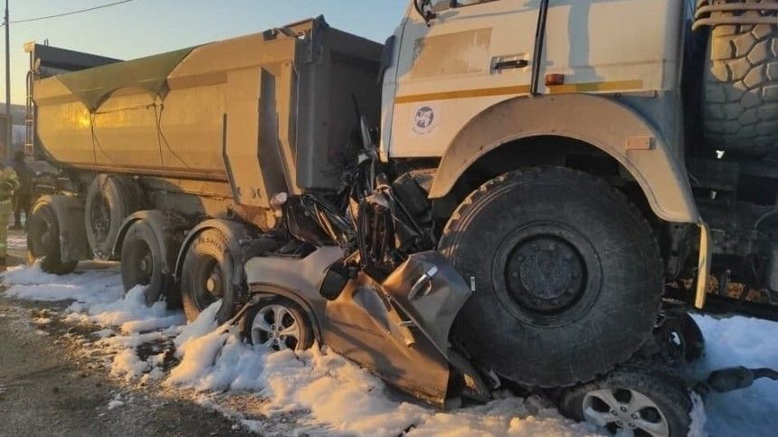 Видео: два грузовика расплющили легковушку под Челябинском